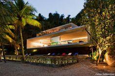 #CASAS - Al pie del morro  Diseñada por Marcio Kogan y Suzana Glogowski para el Studio mk27, esta maravillosa casa en Paraty cimienta su estética moderna en la pendiente de un morro y la proyecta sobre la playa. Proyecto: Studio MK27