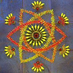 El artista crea un mandala colorido de flores y plantas Kathy Klein