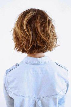 coupe de cheveux femme court, balayage blond chemise denim blanc bleu