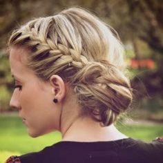 50-Simple-Curly-Hairstyles-You-Can-Do-In-10-Minutes-Side-Braid-into-a-Low-Side-Bun.jpg (600×600)