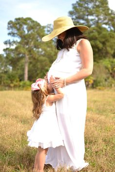 Sun hat maternity picture with older sibling