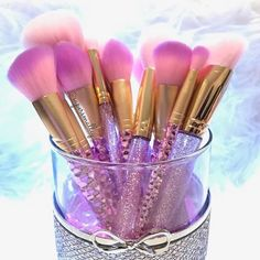 These brushes are the prettiest! Would love to have one or two or everything ! :@supersmalley #makeup #makeupbrush