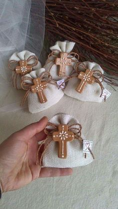 Bolsitas de yute, con cruz de arcilla natural o polimerica, para primera comunión o bautizo . First Communion Favors, Première Communion, Baptism Favors, First Holy Communion, Baby Baptism, Baptism Party, Christening, Easter Crafts, Diy And Crafts
