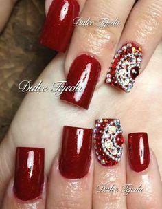 Uñas rojas con un toque de bling.