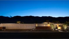 In an echo of the principles of Usonian architecture, this modern home by Architecture, features a layout which clearly echoes the dramatic landscape in which it is situated. Spring New, Spring Home, Usonian, Contemporary Style Homes, Mid Century House, New Builds, Mid Century Design, Palm Springs, Mid-century Modern