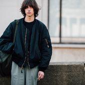 Découvrez les meilleurs looks de rue pris sur le vif par Jonathan Daniel Pryce à la sortie des défilés homme automne-hiver 2017-2018 à Paris.