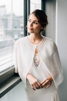 La collaboration Mathilde Marie x Cinémailles - Le Wedding magazine Knit Fashion, Womens Fashion, Ladies Poncho, Crochet Wedding, Capes For Women, White Cardigan, Knitted Poncho, Pulls, Wardrobes