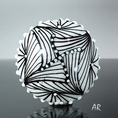 Glass bead by Astrid Reidel. Showing astonishing stringer control.