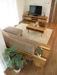 ブラックチェリー色の床材にタモ・ナラ無垢材を使用した家具を中心にナチュラルコーディネートした実例 の画像|家具なび ~きっと家具から始まる家づくり~