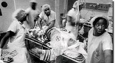 Increible fotografia de medicos afroamericanos salvando a un integrante de la secta ku klux klan