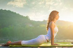 Welcher Yoga-Typ bin ich? Der große Selbst-Test. Diesmal: Welche Yoga-Art passt zu mir? Atmen, summen, die eigene Energie spüren – regelmäßiges Üben zahlt sich aus. Das belegen zahlreiche Studien. Yoga bringt uns in Balance. Doch Stile gibt es viele. Finden Sie heraus, von welchem Sie am meisten profitieren.