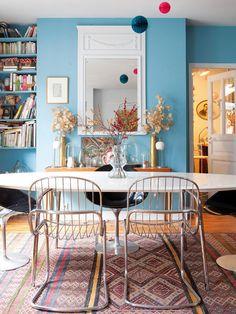 Comedor con mesa, sillas vintage y espejo