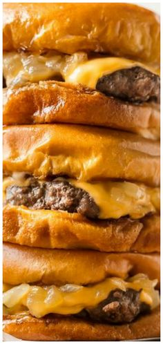 Butter Burgers are the most delicious burgers ever, cooked and smothered in butter! This Wisconsin Butter Burger recipe is everything your dreams are made of, juicy, cheesy, and absolutely tasty. Wisconsin Butter Burger Recipe, Best Burger Recipe, Burger Wisconsin, Grilling Recipes, Meat Recipes, Cooking Recipes, Cooking Pasta, Cooking Steak, Hamburger Recipes