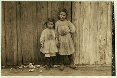 Maud Daly (5 años) y Gracia Daly (3 años) Recogen los Camarones en el Peerless Oyster Co.                                     Muchos pequeños como ellas trabajan aquí.                           Bay St. Louis-Mississippi 1911.