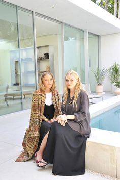 Designers Mary Kate Ashley Olsen The Row Store Los Angeles Sitting Via WWD Melrose Place Mary Kate Ashley, Mary Kate Olsen, Elizabeth Olsen, Ashley Olsen Style, Olsen Twins Style, The Row, Olsen Fashion, Olsen Sister, Come Undone