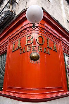Taberna La Bola, calle de la Bola 5, Madrid... Desde 1870 la taberna La Bola está en manos de una misma familia, los Verdasco, que cuentan también con el restaurante La Cañada y El Café de Chinitas, muy cerca del Palacio Real.