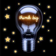 """Zakelijke kerstkaart met zwarte achtergrond en gele sterren en gloeilamp met de tekst""""think big""""."""