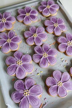 Betty_Biscuits_04 Purple Cookies, Flower Sugar Cookies, Sugar Cookie Royal Icing, Iced Sugar Cookies, Fancy Cookies, Cookie Icing, Cute Cookies, Easter Cookies, Birthday Cookies
