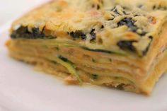 Lasagne blijft één van de meest geliefde ovenschotels. Het pastagerecht in laagjes geeft elke kok inspiratie om de beste combinaties van producten en smaken te bedenken. Jeroen gaat voor gerookte zalm, plakjes courgette, gestoofde spinazie én een heerlijke bechamelsaus op basis van geroosterde kopjes en pantsers van grijze garnalen. Het geheim van die saus zit in een zelfbereide