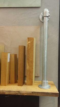 Steigerbuis met houten plank = boekenplank met boekensteun.