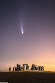 Comet Neowise as seen flying over Stonehenge was taken by James Rushforth. Neowise was the brightest naked eye comet in decades Photography Contests, World Photography, Photography Awards, History Of Photography, Street Photography, Andrew Mccarthy, Sistema Solar, Stonehenge Uk, Polo Sul