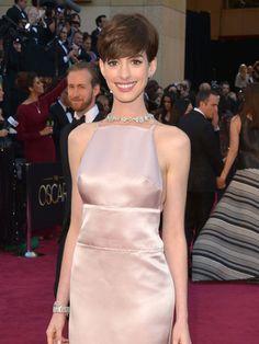 アカデミー賞助演女優賞を勝ち取ったアン・ハサウェイ(Anne Hathaway)、プレスルームで泣き崩れる