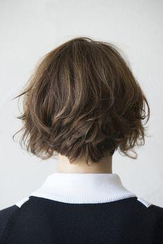 ウェアの強さを中和する 柔らかなニュアンスショート。 - ヘアカタログ:シュワルツコフ オンライン Curly Hair With Bangs, Girl Short Hair, Short Hair Cuts, Short Bob Hairstyles, Pretty Hairstyles, Medium Hair Styles, Curly Hair Styles, Hair Evolution, Corte Bob
