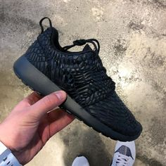 Von Sonntag auf Montag Nacht geht der neue #Nike roshe one dmb online bei Kontrast-store.com #nikeroshe #rosheone #rosherun #wmns #sneaker #sneakergirl #roshe #tripleblack #quickstrike #limitededition #limited #kicks #kontrast #kickstagram #kicksonfire #instakicks #chicksinkicks #chicks #blackfashion #release #hype #hypebeast #huarache #airmax #blog #3komma43 #followme #followus