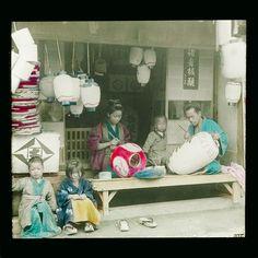 Diapositiva in vetro colorata a mano tratta da una fotografia di Esaki Reiji. Tokyo, 1880 circa. Atelier di lanterne in carta di riso - © 2014 Città di Lugano, Museo delle Culture, Collezione Perino