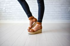 Flat platform. I normally wear a 7 1/2 and the 7, 7/12 and 8 actually all worked for me. There is some flexibility due to the open toe and minimal straps.