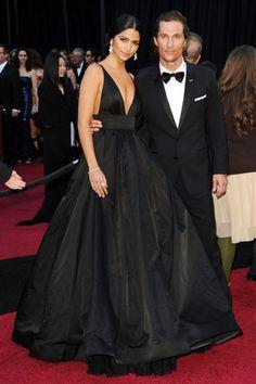 La modelo Camile Alves, guapísima de negro, junto a su pareja, Matthew McConaughey, impresionante con un esmoquin de Dolce & Gabbana.