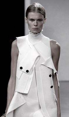 Schouler Spring 2016 Ready-to-Wear Fashion Show Deconstructed tailoring with peeling layers; fashion details // Proenza Schouler Spring tailoring with peeling layers; Fashion 2017, High Fashion, Fashion Show, Womens Fashion, Fashion Trends, Fashion Ideas, Fashion Outfits, Haute Couture Style, Deconstruction Fashion