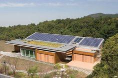 Telhado Verde + Painéis Fotovoltaicos = Casa Sustentável  https://www.facebook.com/photo.php?fbid=912905305428029&set=gm.911017712283524&type=1