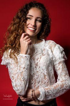 """""""A kiedyś gdy dla portretu nadejdzie zima on będzie ciągle tkwił tu gdzie wiosna drży u skraju lata."""" Tak właśnie kojarzy mi się ta sesja gdy trafiasz na delikatną bardzo wesołą i ciepłą z charakteru osobę :) Dziękuje za sesje Natalia było mi bardzo miło z Tobą pracować.  Modelka: Natalia Biegańska Foto: Daniel Chądzyński Studio: Portretownia Studio Fotograficzne  #wroclaw #sesja #portret #polishgirl #polishwoman #model #makeup #photoshoot #photosession #sensualphoto #portretowniacompl…"""