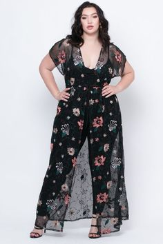 This plus size, stretch knit jumpsuit features a sleeveless design, a low round neckline with adjustable straps for and added comfort, contrast binding, and a smocked design detail at bust.Plus Size Long Embroidered Floral Kimono - Blacknadia aboulho Plus Size Fashion For Women, Black Women Fashion, Plus Size Women, Plus Fashion, Women's Fashion, Fashion Night, Fashion 2018, Fashion Clothes, Fashion Boots