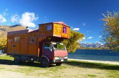 """Der beste Weg um Neuseeland zu erkunden? Eindeutig zu Fuß mit Rucksack und Zelt. Mit diesem """"Wohnmobil"""" macht es aber sicherlich auch Spaß :) (Lake Wanaka NZ)  #lakewanaka #wanaka #neuseeland #newzealand #NZ #tagforlikes #instalike #trekking #hiking #wandern #teararoa #outdoor #backpacking #natgeo #campervan #camping #picturesque # stunning #pictureoftheday #naturephotography #adventure # amazingview #wanderlust #natur #instanature #lake #landscape #southislandnz #teararoa #trekkingfieber"""