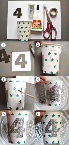 Números con brillantina en los vasos