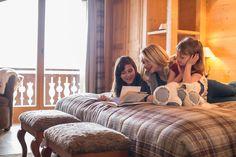 Hôtel Chalet Royalp and Spa. Les 63 chambres & suites ainsi que les 30 appartements vous invitent à la détente en famille ou entre amis. Véritables lieux de vie où le luxe et le style se conjuguent avec l'espace, les chambres et appartements offrent confort et sérénité. Hotel Chalet, Suites, Ainsi, Table, Furniture, Home Decor, Apartments, Bedrooms, Outer Space