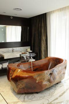 Espectacular bañera en madera autóctona 'caldén' tallada artesanalmente | Hotel 'Mio', Buenos Aires • Carved tub formed from caldén, a native Argentine wood