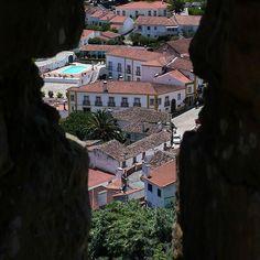 Peeking the hotel through the castle walls . A espreitar o hotel pelas muralhas #obidos #walkinginobidos #streets #portugal #oeste #westregionofportugal #hotelrealdobidos #obidoscastle #whataview #landscape #tourism #hotel #fourstars #hollidays #boutiquehotel #relax #placetovisit #destination #happytime #sogood #perfectfortwo #bomdia #goodmorning #vacations #ferias #romanticdestination #charme #oestealive #portugal_de_sonho #portugalalive #placetovisit