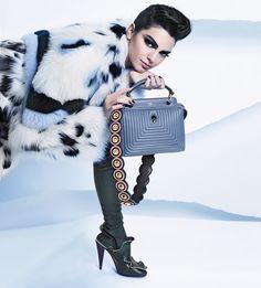 【FENDI】フェンディ公式オンラインストアのレディース 2016-17年秋冬コレクション 広告キャンペーンのページです。デザイナー、カール・ラガーフェルドによる広告キャンペーンは、モデルのケンダル・ジェンナーを起用しパリで撮影されました。