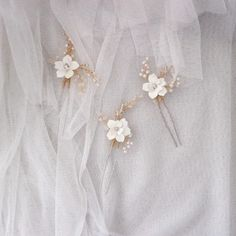 White flower hair pins, Boho flower hair pins, Bridal floral hair pins, Simple flower hair pin for bride >Material: Tarnish resistance jewelry wire Handcrafted flowers and leaves Swarovski crystals Beads Pearl beads Please take 1 minute out of your time to read my shop policy here