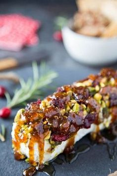 healthy snacks - Goat Cheese with Honey, Fig & Pistachios Simple Healthy Kitchen Fingers Food, Yummy Appetizers, Goat Cheese Appetizers, Goat Cheese Recipes, Appetizer Ideas, Baked Goat Cheese, Gourmet Appetizers, Hawaiian Appetizers, Fig Appetizer