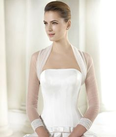 Put the finishing touch to your outfit with the CHAQUETA LA 182 jacket from the Pronovias 2015 collection.