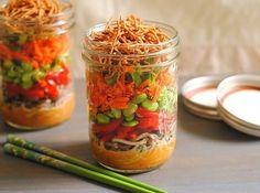 Salada asiática de talharim | 28 delícias incríveis que você pode fazer em um vidro de conserva