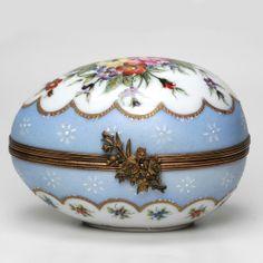 LIMOGES FRENCH PORCELAIN BOX - THE SKY BLUE EGG - 107