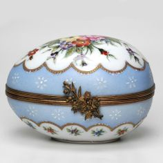 LIMOGES FRENCH PORCELAIN BOX - THE SKY BLUE EGG - 107