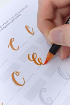 "10 different variations to get a ""C""! Take your brushpen and start discovering hundreds of wonderful letter styles. The ultimate handlettering alphabet is the perfect source of inspiration a Calligraphy Drawing, Calligraphy Handwriting, Calligraphy Alphabet, Hand Lettering Alphabet, Brush Lettering, Lettering Design, Bullet Journal Font, Journal Fonts, Hand Lettering Tutorial"