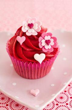 Cakes Haute Couture - Pasteles de Alta Costura: Receta de cupcakes de Fresa y Frambuesa y tutorial de decoración Flores Corazón para celebrar San Valentín