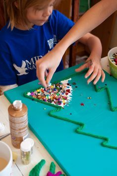 Wahoo! A whole week of simple Christmas projects to make with the kids. Hello, Christmas break projects. Via Whatever